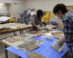 救出された古文書の安定化処理作業