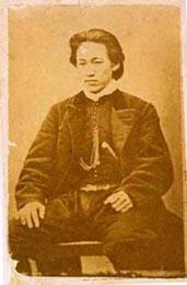 土方歳三肖像 写真パネル (佐藤彦五郎子孫蔵 写真提供: 日野市ふるさと博物館)