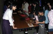 歌舞伎の鳴り物を 鳴らしてみよう体験の様子