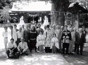 「新田神社と街の人々」
