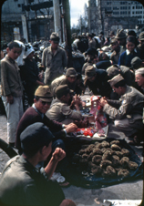 「ヤミ市で買い物をするアメリカ兵」