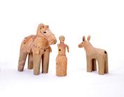 太子塚古墳 馬と馬子埴輪(左) 矢の刺さった鹿埴輪 古墳時代中期末 5世紀末 群馬県高崎市